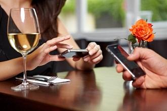 Utiliser son téléphone ou tablette au restaurant